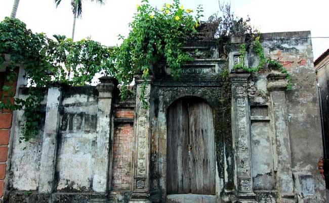 Antigua construccion en el pueblo de Cuu cerca de Hanoi