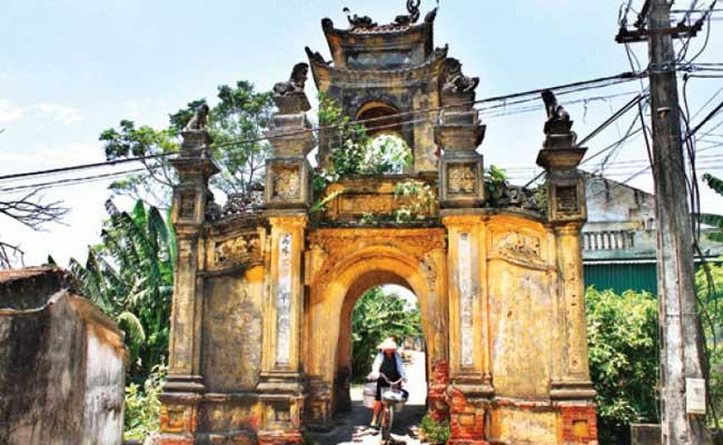 Portico de entrada del pueblo Cuu cerca de Hanoi