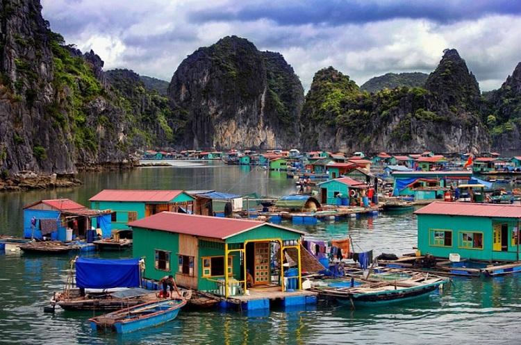 Pueblo flotante de Vung Vieng en la Bahia de Halong