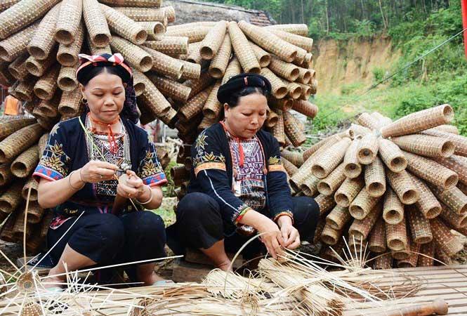 Pueblo etnico en el lago Thac Ba Vietnam