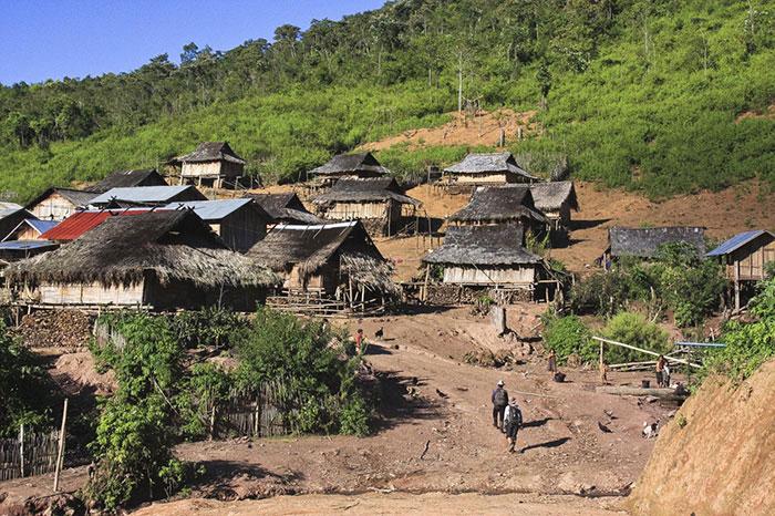 Pueblo en la meseta de bolovens en Laos