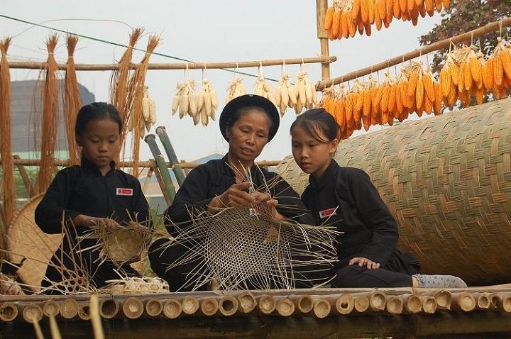 Artesanas en el pueblo Pac Ngoi lago Ba Be