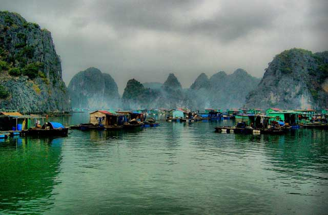 Pueblo de pescadores Cua Van en la bahia de Halong