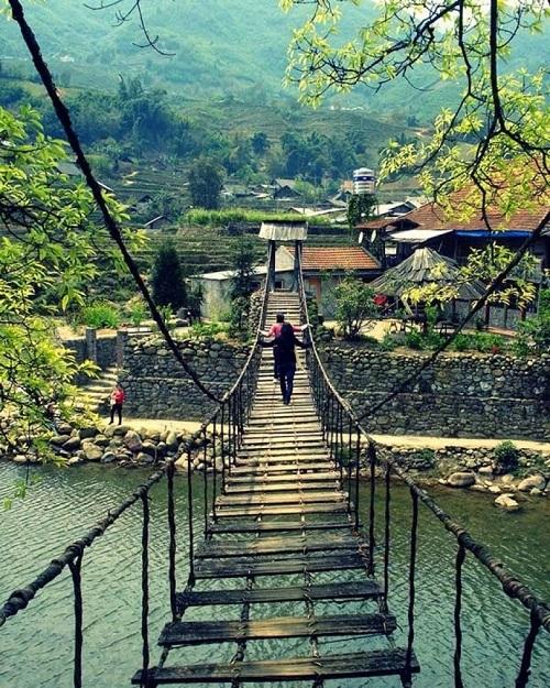 Puente ratan en el pueblo Ta Van en Sapa