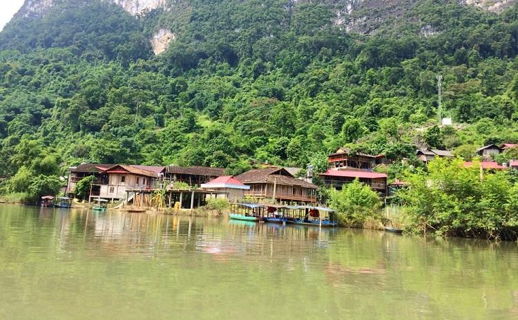Aldea Pac Ngoi en el Lago Ba Be Vietnam