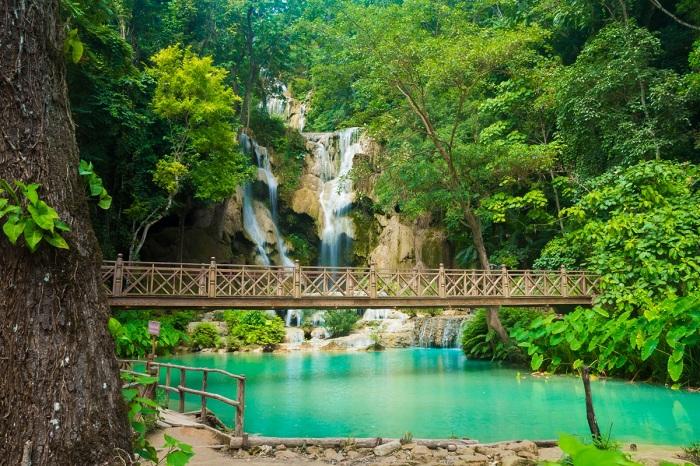 Puente en las cataratas de Kuang Si Laos