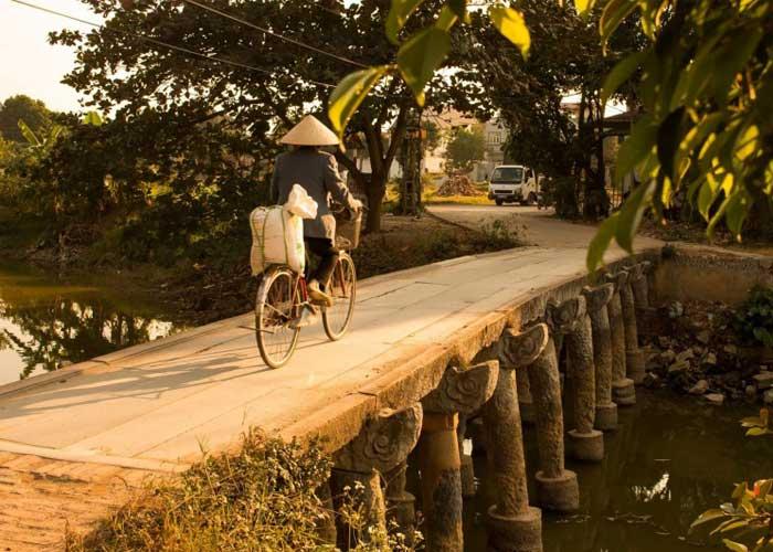 Puente de piedra en el pueblo de Nom cerca de Hanoi