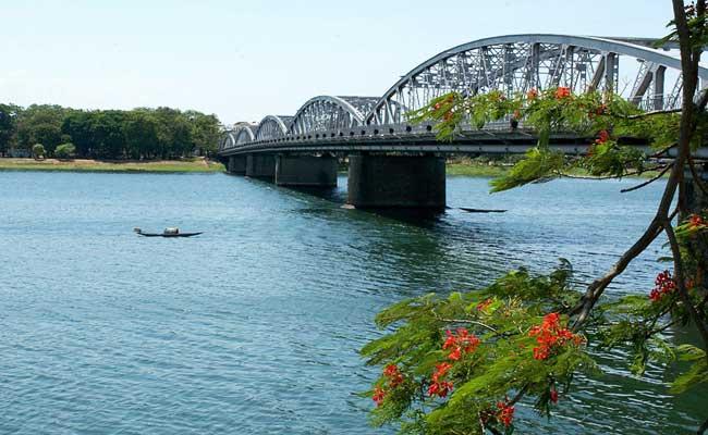 El puente truong tien en Hue Vietnam