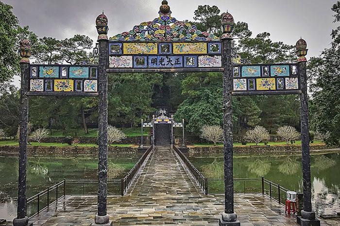 Portico de la virtud iluminada en el Mausoleo Minh Mang
