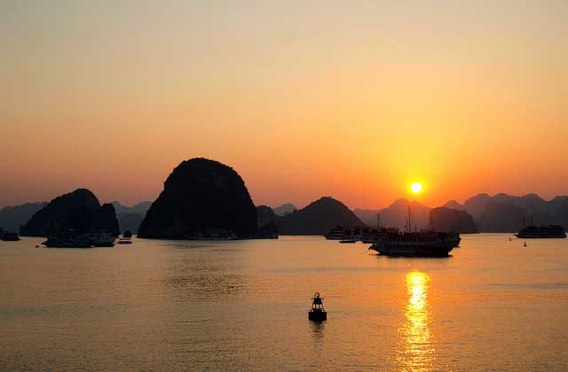 Puesta del Sol en la Bahia de Halong