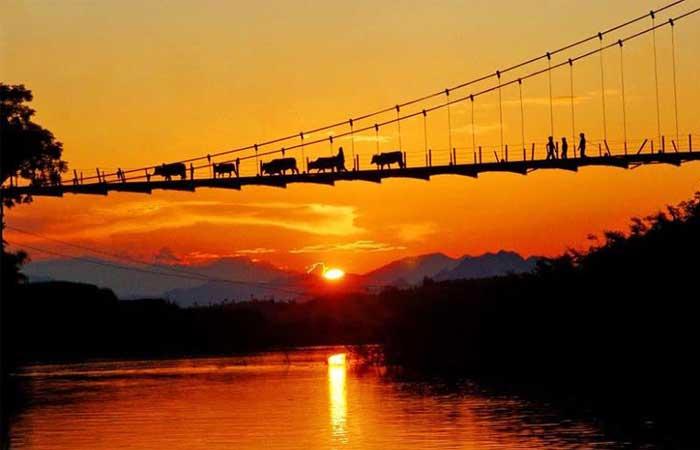 Puesta del sol en el lago Thac Ba Vietnam