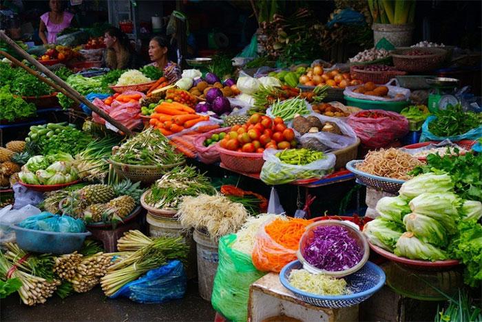 Puestos de legumbres en el mercado de Dong Ba en Hue