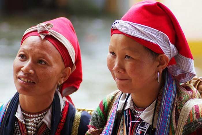 Vestimenta de la minoria etnica dzao rojo en Sapa