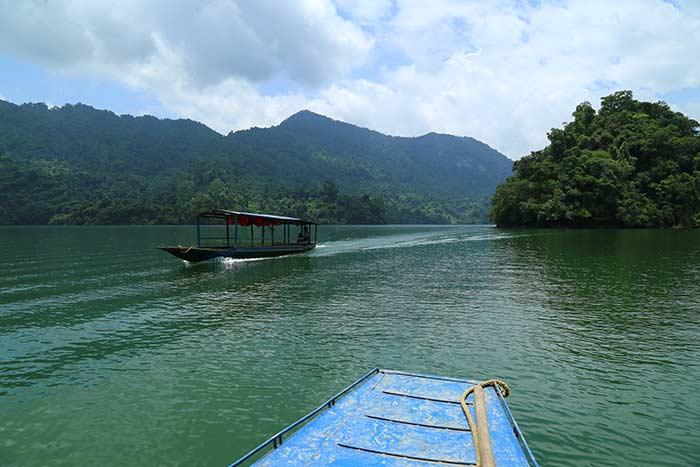 Paseo en bote en el lago Ba Be
