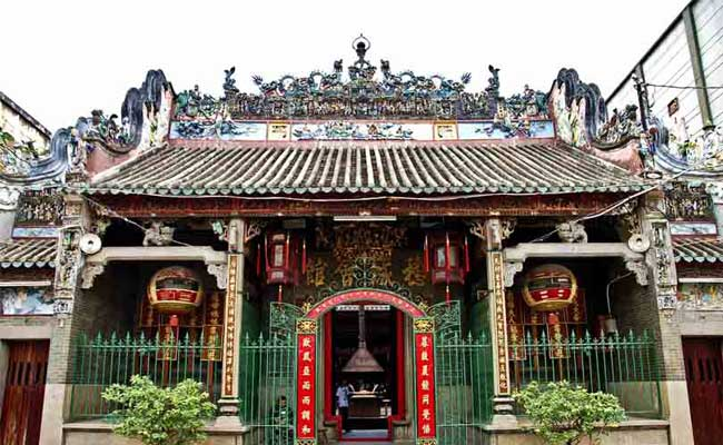 Pagoda en el barrio chino de Saigon Vietnam