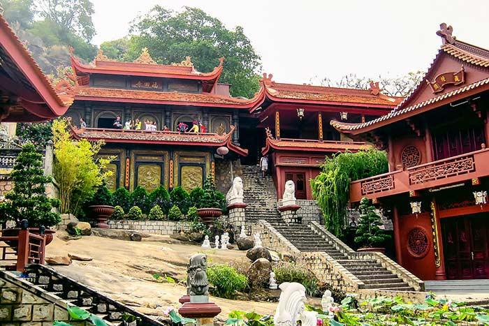 Pagoda de la caverna en Chau Doc delta del mekong