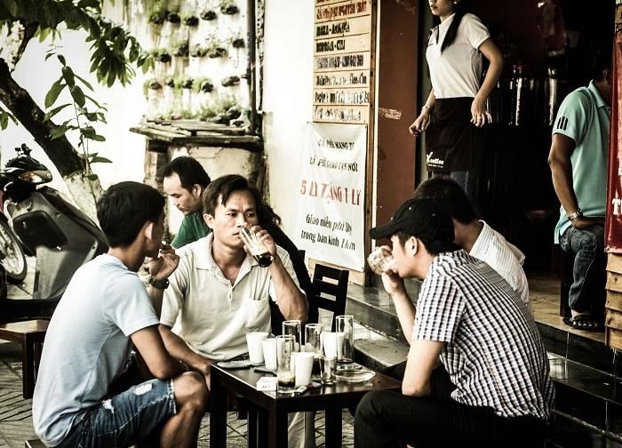 Cafe vietnamita en las calles de Hanoi