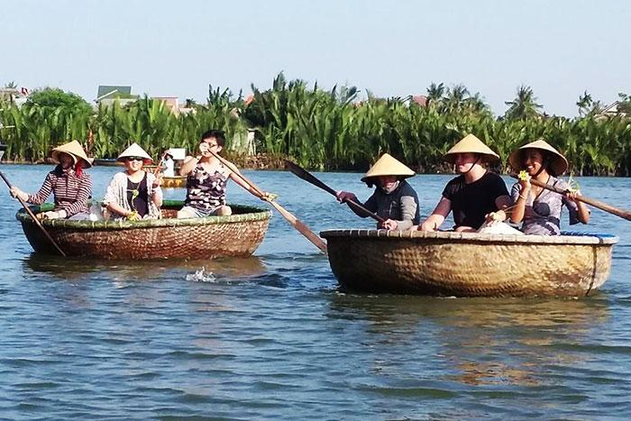 Bote canasta en el rio Thu Bon en Hoi An Vietnam