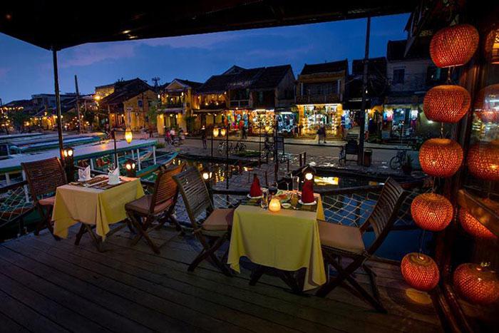 Cena en un crucero por el rio Thu Bon
