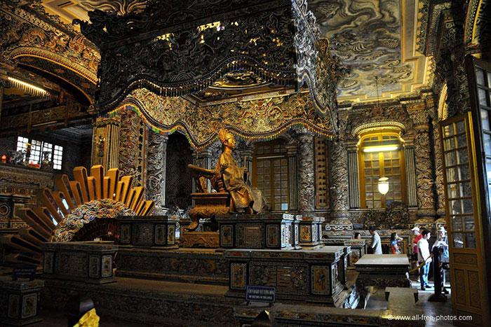 Sala del trono del mausoleo de Khai Dinh en Hue