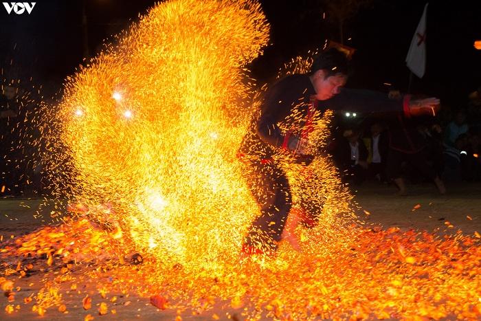 Salto al fuego de la etnia Lam Binh