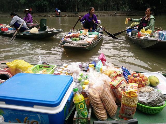 Sampan en el mercado flotante de Tam Coc