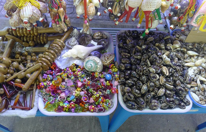 Souvenirs en el mercado nocturno de Phu Quoc Vietnam