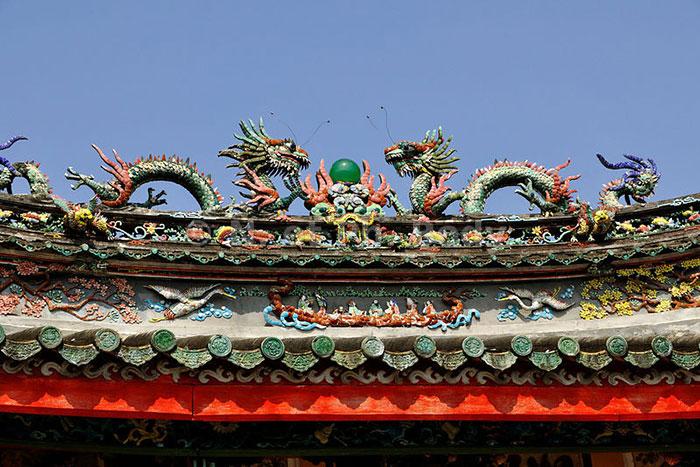 Techo de dragones en el templo Trieu Chau en Hoi An
