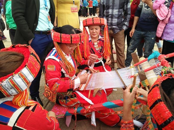 Tejido tradicional de las etnias en Lam Binh