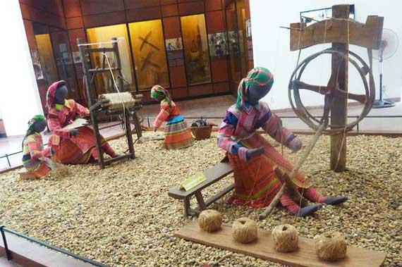 Tejido tradicional de la etnia Hmong en el Museo de Etnologia de Vietnam