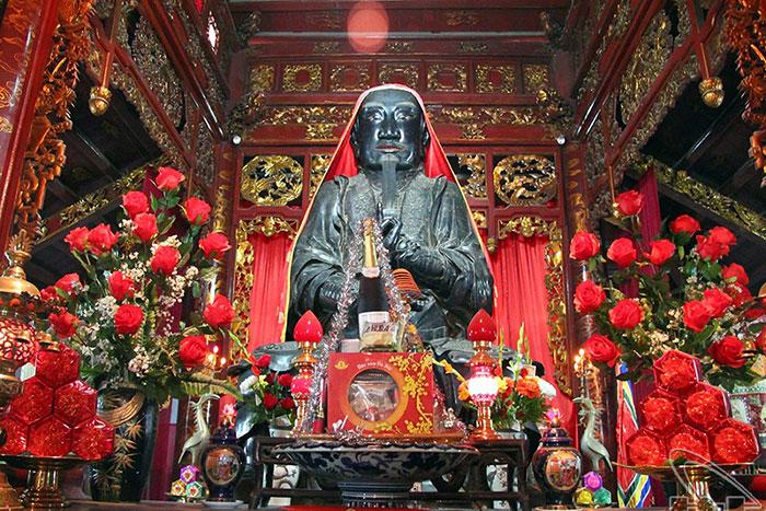Estatua Tran Vu en el templo de Quan Thanh