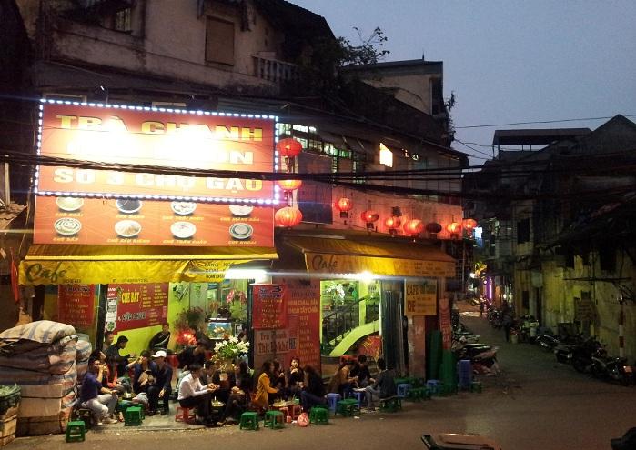 Comida callejera en el barrio antiguo de hanoi