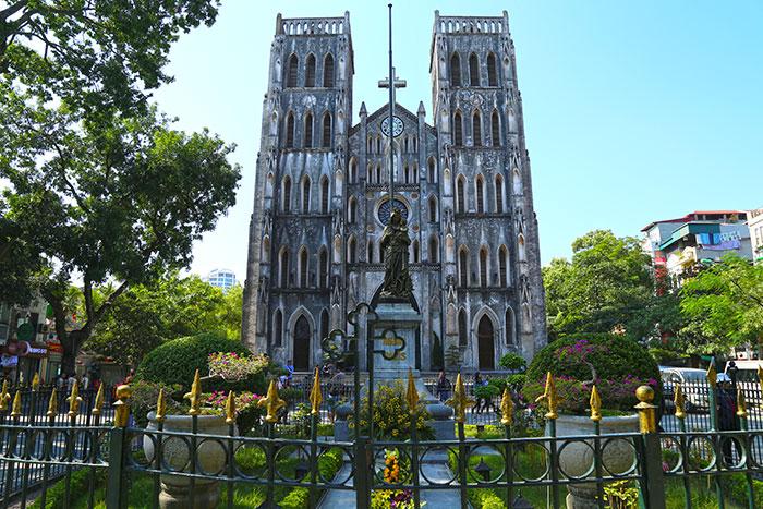 La catedral san jose en el barrio antiguo de Hanoi