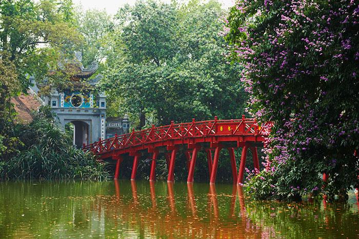 El lago hoan kiem en el barrio antiguo de hanoi