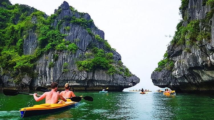 Kayac en la bahia de halong