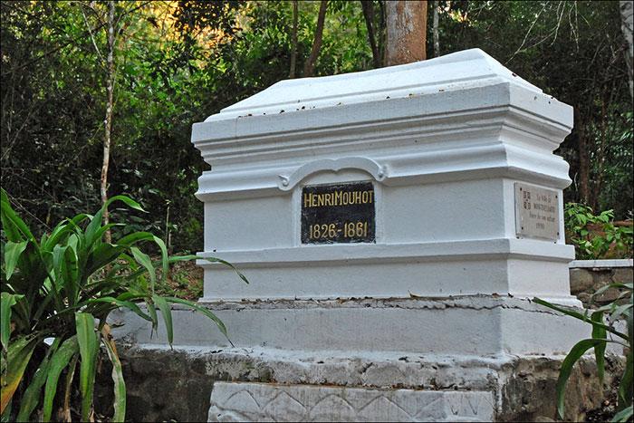 Tumba de Henri Mouhot en las cataratas de Tad Sae en Luang Prabang