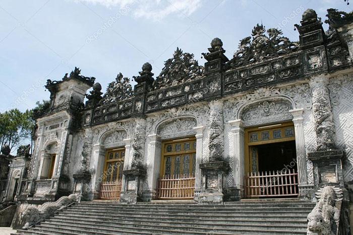 Tumba en el mausoleo de Khai Dinh en Hue