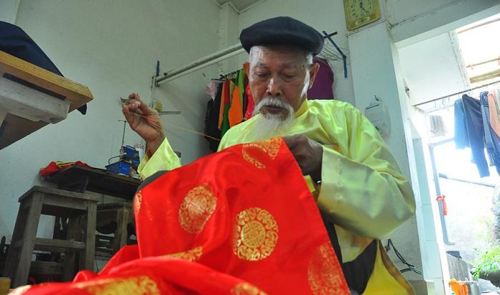 Artesano que confecciona una vestido vietnamita ao dai