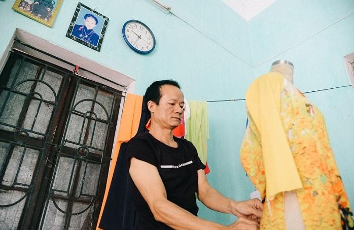 Traje ao dai vietnamita en el pueblo de Trach xa