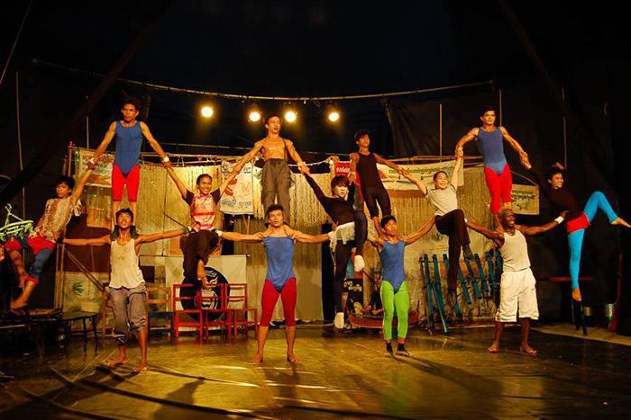Asiste a un espectaculo de circo para pasar unas buenes vacaciones familiares en Camboya