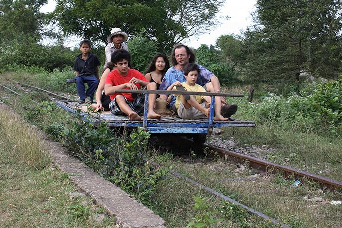 Experimenta el tren de bambu  para pasar unas buenes vacaciones familiares en Camboya