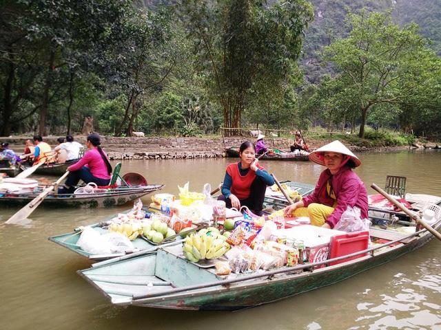 Vendedores en el mercado flotante de Tam Coc