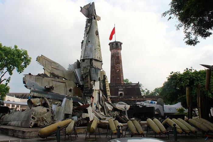 Vestigios en el museo de historia militar de Vietnam en Hanoi