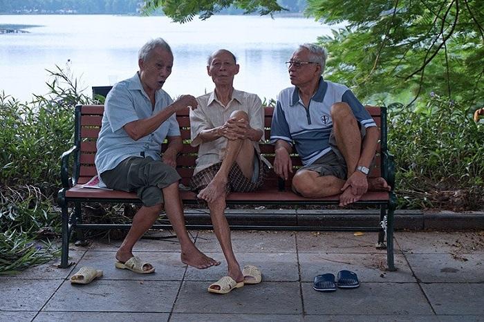 Charla entre amigos en el Lago Hoan Kiem en Hanoi8