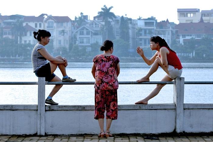 Charla matutina de mujeres en el lago del Oeste