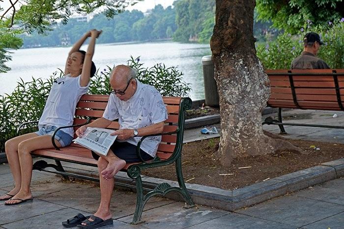 Reposo al borde del lago Hoan Kiem en Hanoi