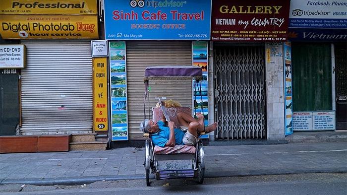Descanso en ciclo en las calles de Hanoi