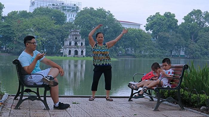 Ejercicios en familia en el Lago Hoan Kiem en Hanoi