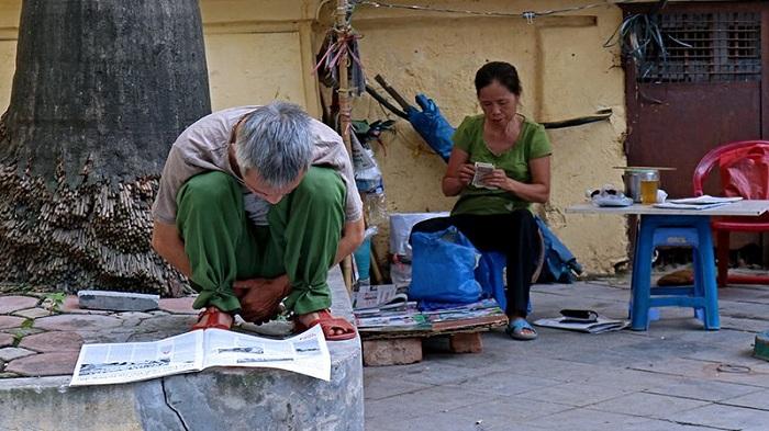 Lectura del periodico en Hanoi