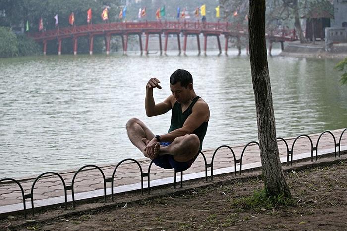 Meditación al borde del lago Hoan Kiem en Hanoi